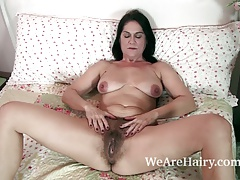 The hawt and aged Cougar Kaysy disrobes in couch